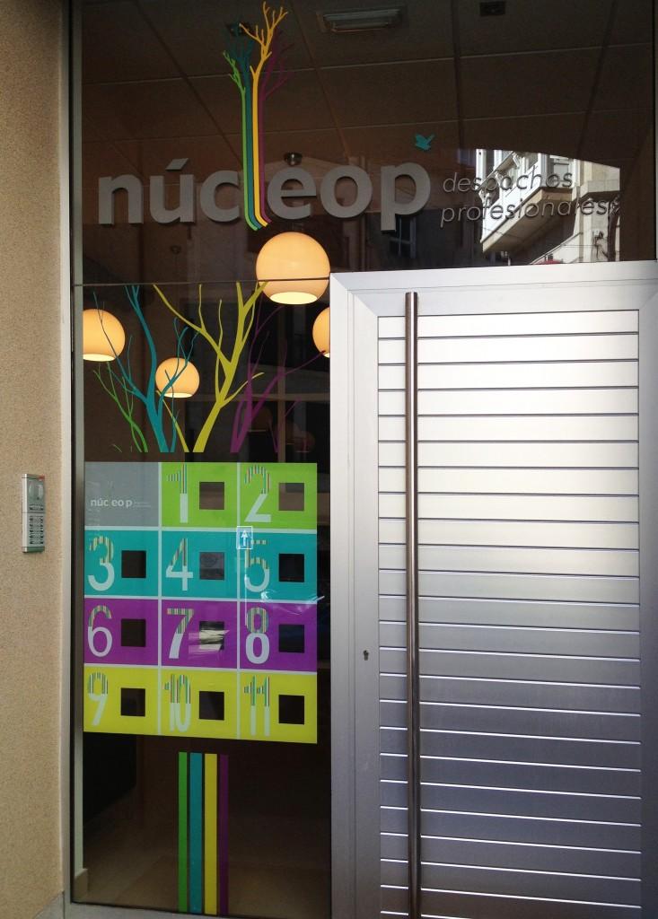 Fachada puerta aplicacion corporativa logotipo numeros