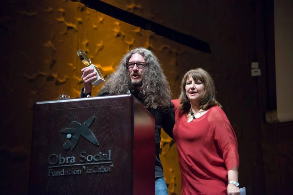 Nuestro compañero Ángel agradece el galardón al Mejor Mensaje de Marketing Directo junto a la presentadora Soledad Mallo. // Foto: Smile Festival.